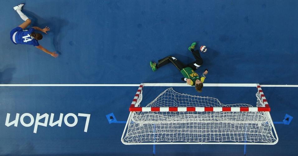 Goleira brasileira Chana faz grande defesa no chute da croata Kristina Franic no handebol feminino (28/07/2012)