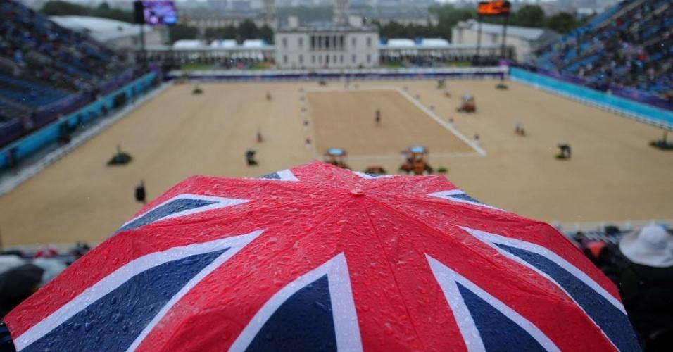 Guarda-chuva com temática britânica caiu bem para a torcida neste domingo