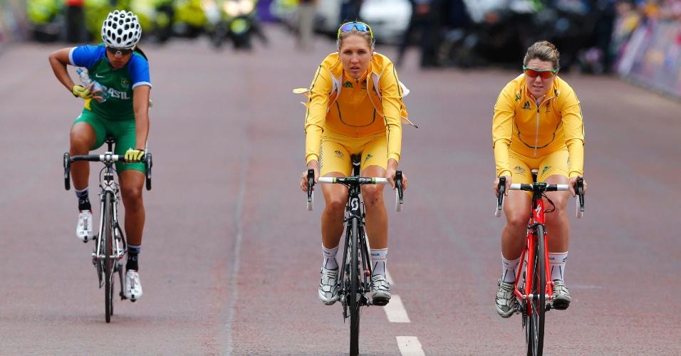 Janildes Silva é fotografada ao lado de dupla australiana antes da etapa final do ciclismo de estrada em Londres