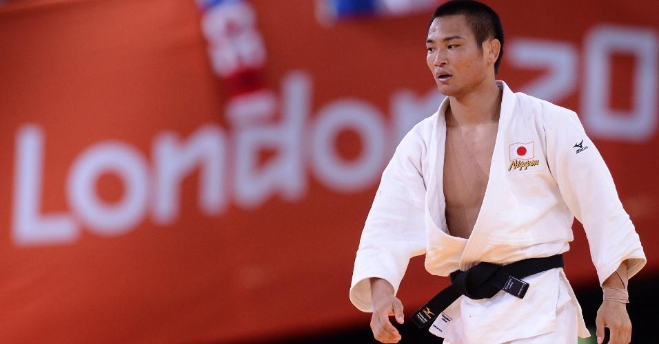 Japonês Masashi Ebinuma sobe ao tatame para enfrentar o sul-coreano Jun-Ho em luta de judô da categoria até 66 kg (29/07/2012)