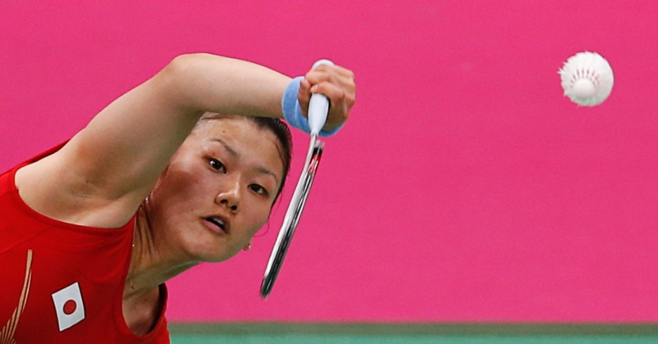 Japonesa Reika Kakiiwa compete no badminton contra equipe de Cingapura