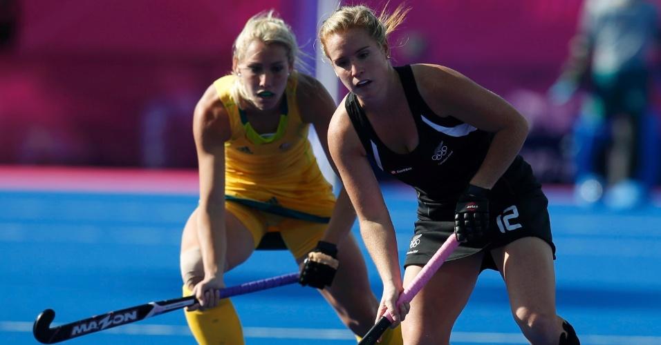 Jogadora da Nova Zelândia, Ella Gunson domina a bola diante de marcadora sueca