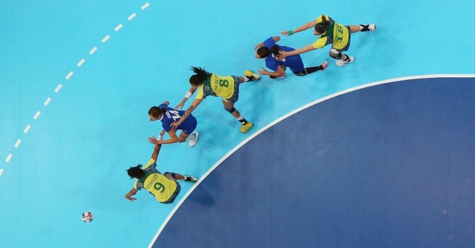 Jogadoras brasileiras e croatas parecem fazer trenzinho em lance de jogo do handebol feminino em Londres (28/07/2012)
