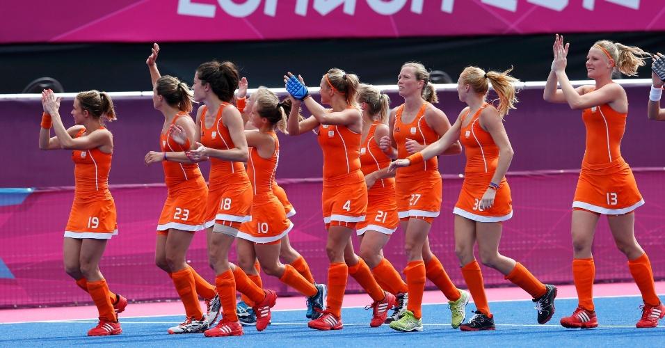 Jogadoras da Holanda agradecem aos torcedores após a vitória sobre Bélgica