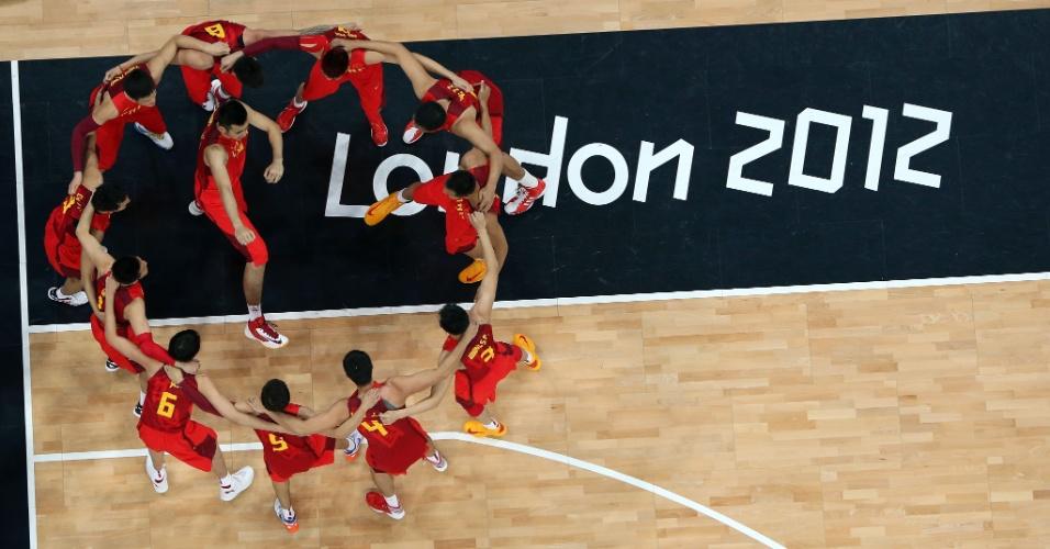 Jogadores da China se reúnem na quadra em conversa antes da partida contra a Espanha pelo basquete masculino (29/07/2012)