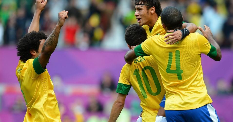 Jogadores da seleção brasileira abraçam Neymar após o segundo gol brasileiro na vitória por 3 a 1 sobre Belarus