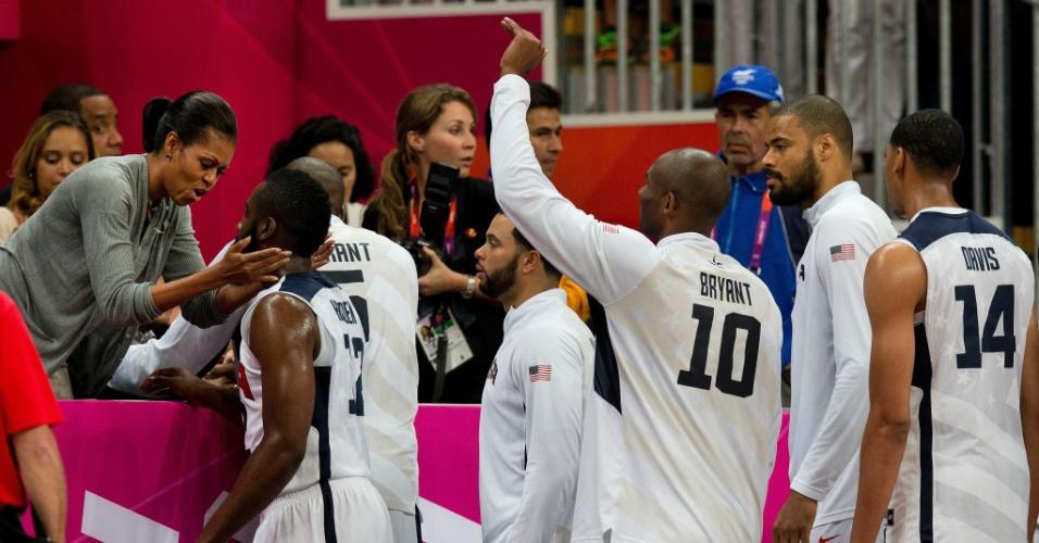 Jogadores dos Estados Unidos cumprimentam a primeira-dama Michelle Obama após vencerem a França no basquete (29/07/2012)