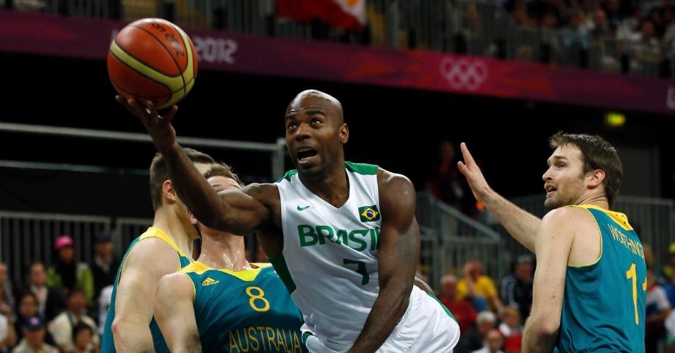 Larry Taylor, norte-americano naturalizado brasileiro, tenta a infiltração em duelo contra a Austrália; brasileiros venceram por 75 a 71 (29/07/2012)