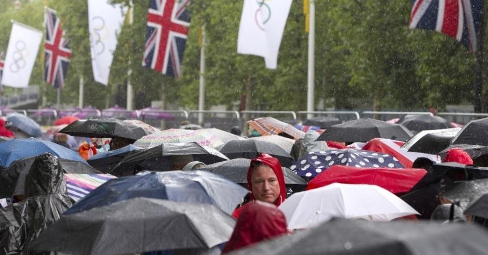 Mar de guarda-chuvas é clicado durante o dia de muita água em Londres, neste domingo