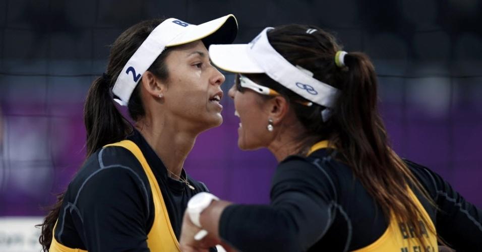 Maria Elisa (dir) e Talita comemoram a vitória na estreia do torneio feminino do vôlei de praia em Londres