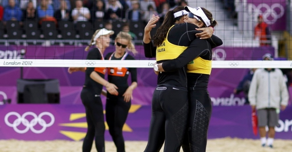 Maria Elisa e Talita se abraçam após a vitória contra adversárias holandesas na estreia olímpica