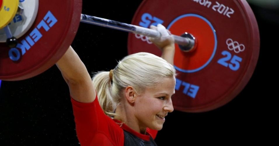 Mesmo fazendo força no levantamento de peso, Julia Rohde, da Alemanha, não perde a pose de musa
