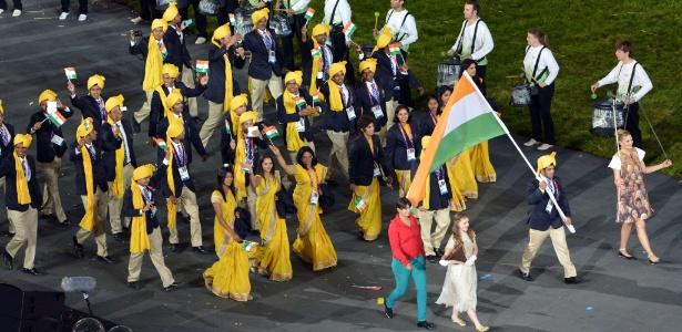 Mulher de vermelho em meio à delegação indiana na abertura dos Jogos seria invasora