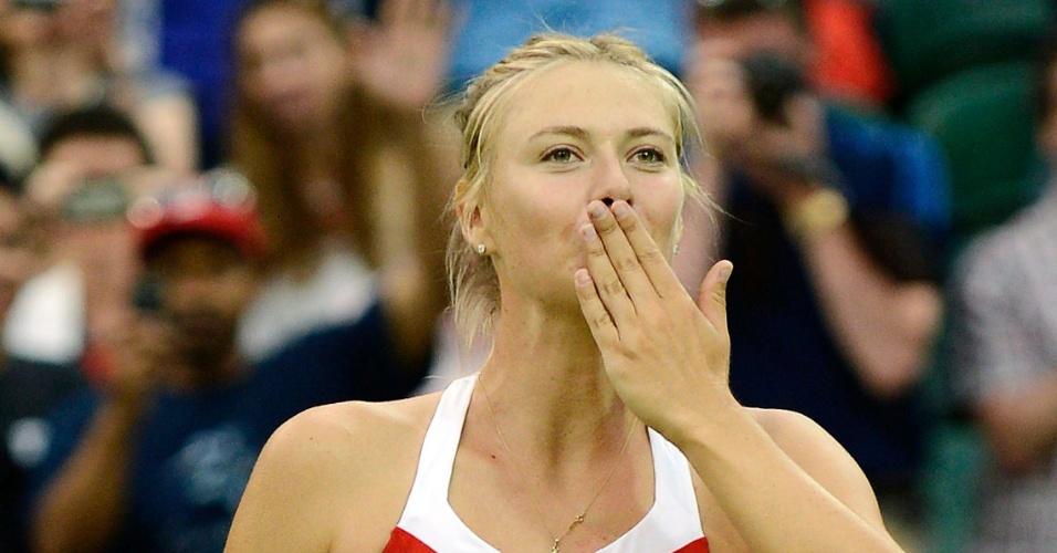 Musa russa Maria Sharapova manda beijinho para a torcida após vencer a israelense Shahar Peer na estreia do torneio feminino de tênis dos Jogos de Londres