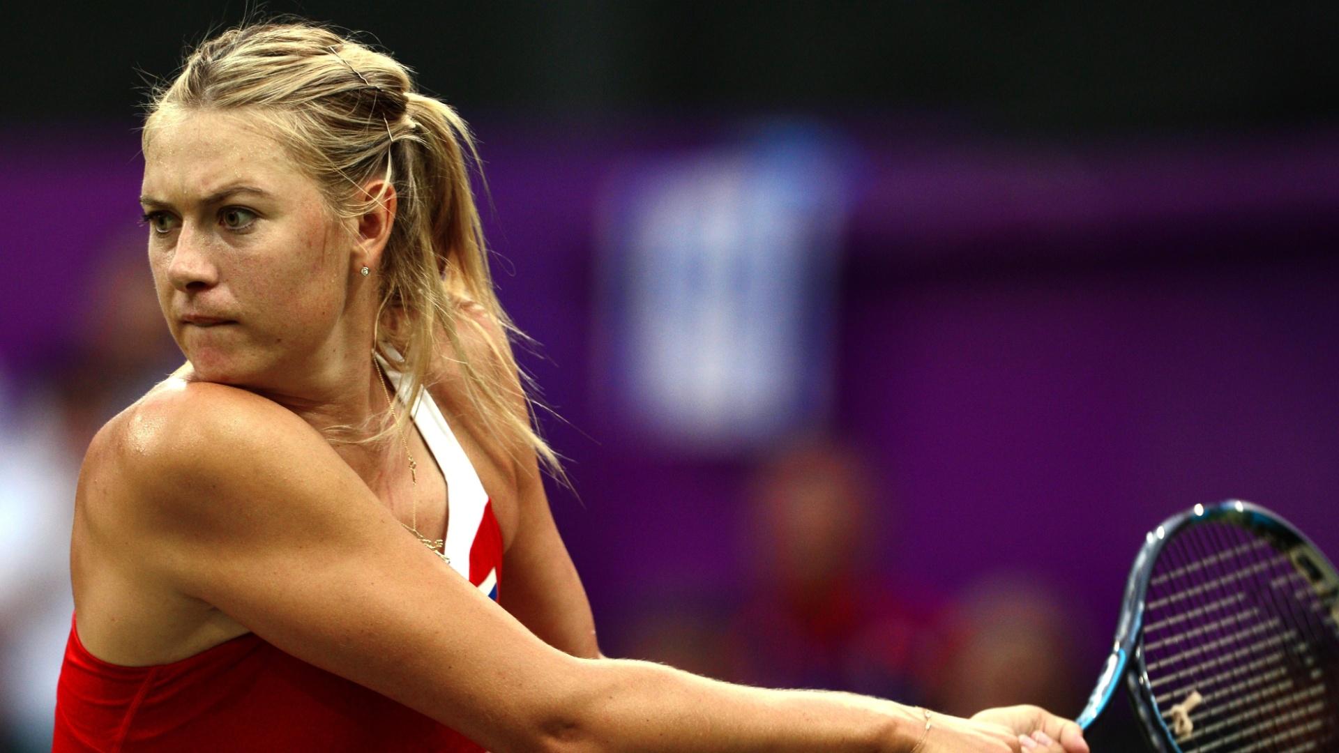 Musa russa Maria Sharapova rebate durante a partida contra Shahar Peer pelo torneio feminino dos Jogos de Londres