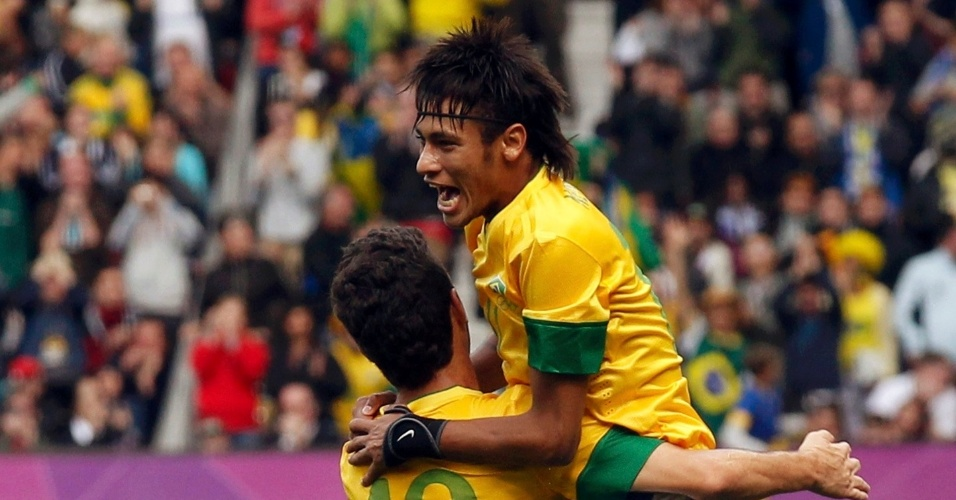 Neymar abraça Oscar para comemorar seu gol de falta, o segundo do Brasil sobre Belarus