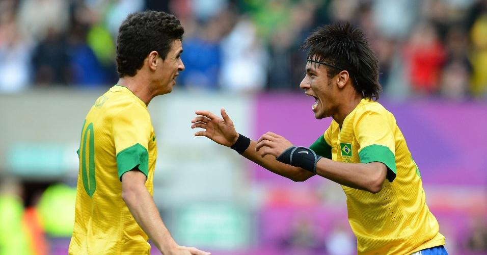 Neymar comemora com Oscar seu gol de falta, o segundo do Brasil sobre Belarus