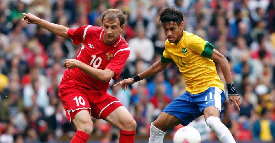 Neymar disputa bola com Renan Bardini Bressan, de Belarus, no segundo desafio brasileiro nos Jogos