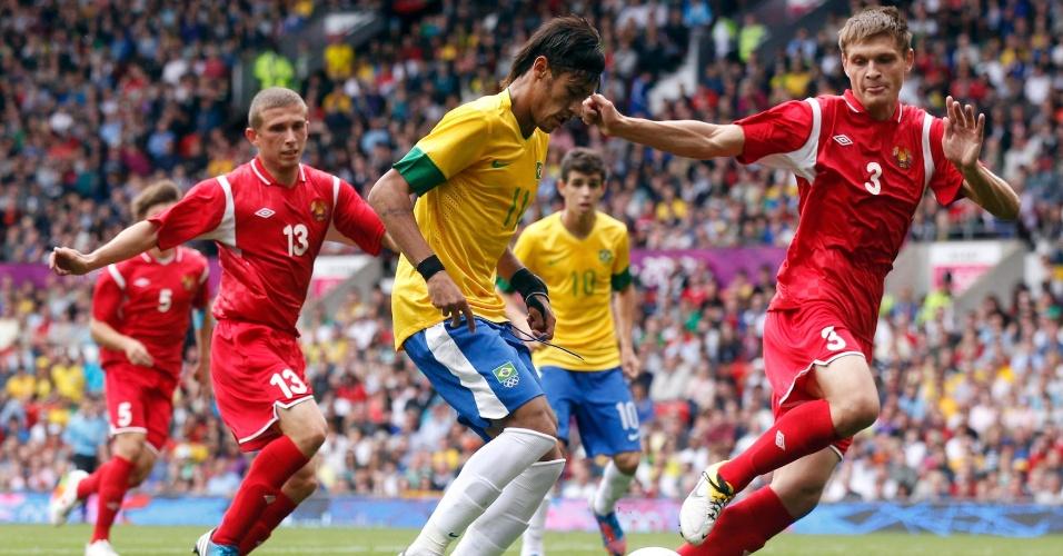 Neymar é marcado por Ilya Aleksievich, à esquerda, e Igor Kuzmenok, da seleção de Belarus