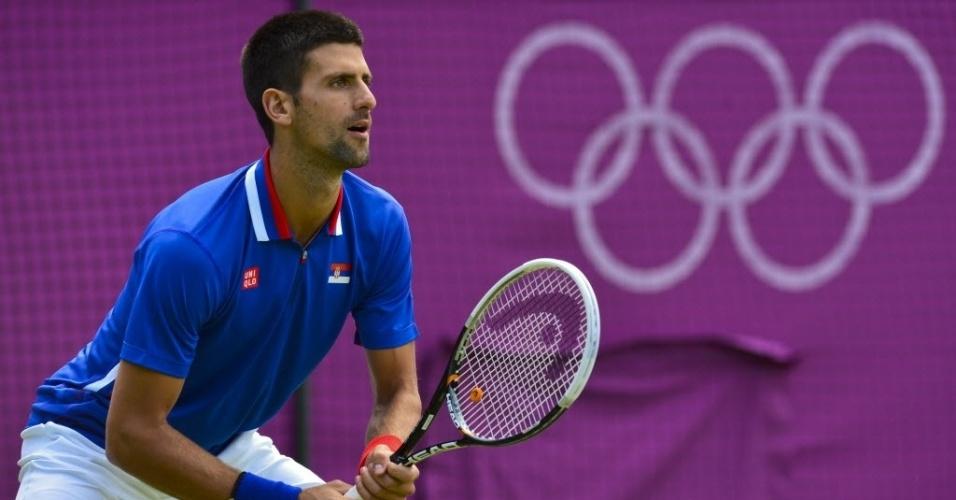 Novak Djokovic aguarda para fazer a devolução contra o italiano Fabio Fognini em sua estreia (29/07/2012)