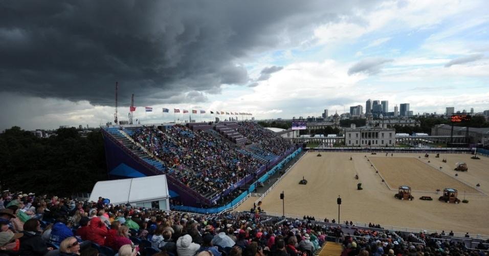 Nuvens negras se aproximam da localidade do hipismo, esporte que não se safou da chuva neste domingo