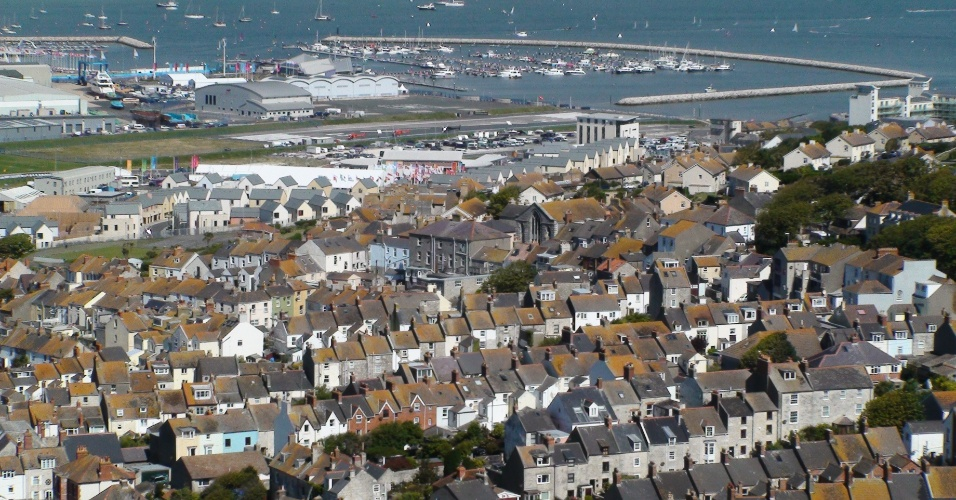 Panorama da cidade de Portland, com o trecho de mar que é usado para competição olímpica ao fundo