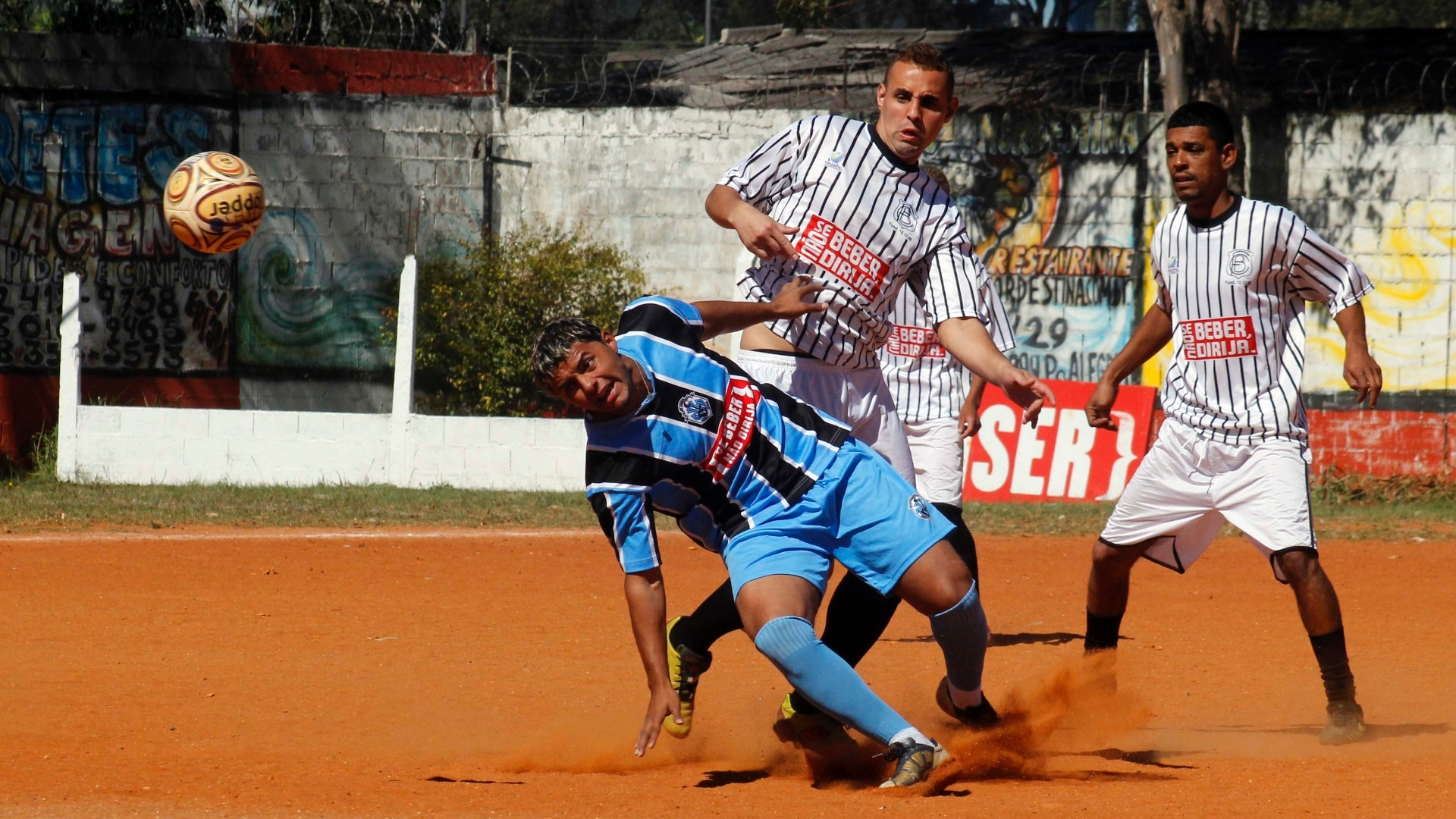 Pela 2ª divisão da Copa Kaiser jogaram Brisas (branco) x Ki Louco (pretoe azul)