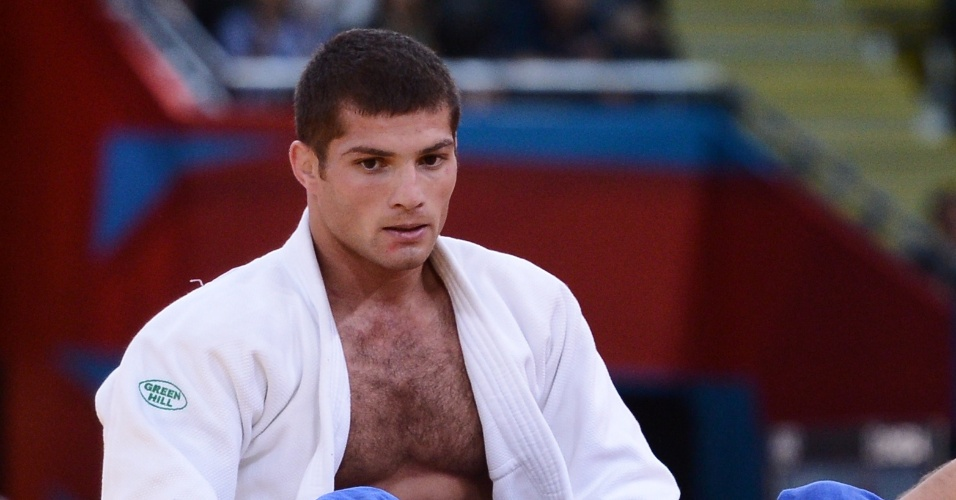 Polonês Pawel Zagrodnik (e) aplica um golpe sobre Tarlan Karimov, do Azerbaijão, e vence luta de judô na categoria até 66 kg (29/07/2012)