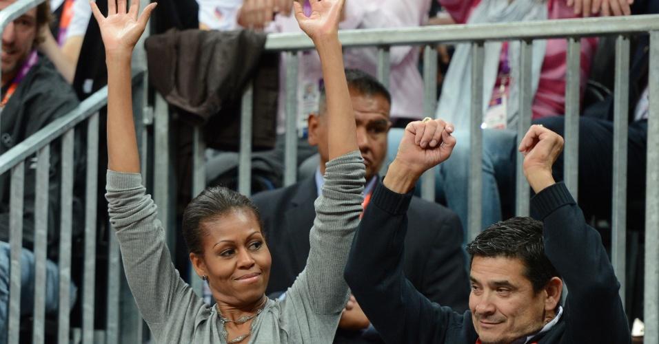Primeira-dama dos Estados Unidos, Michelle Obama, participa da ola durante o jogo entre os americanos e a França no basquete masculino (29/07/2012)