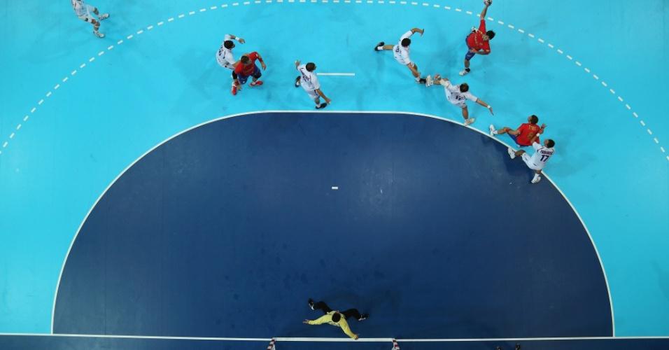 Raul Entrerrios Rodriguez faz um chute em lance do jogo contra a Sérvia pelo handebol masculino (29/07/2012)