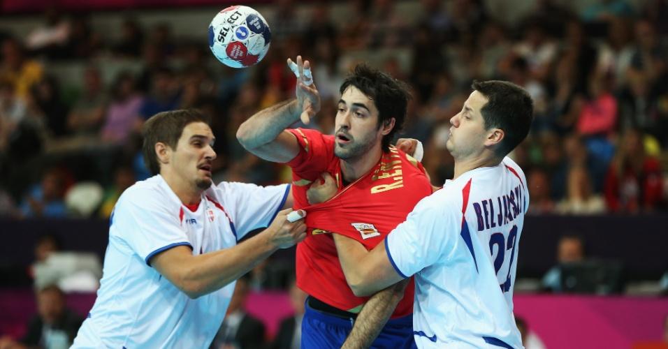 Raul Rodriguez é marcado por jogadores da Sérvia em jogo disputado neste domingo (29/07)