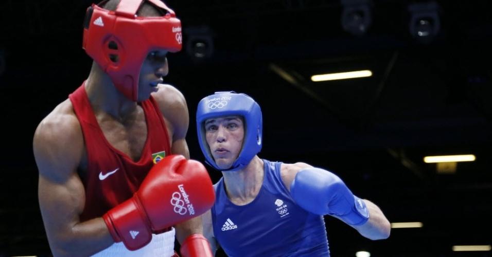 Robson Conceição, pugilista brasileiro, recebe golpe do britânico Josh Taylor, que venceu o combate