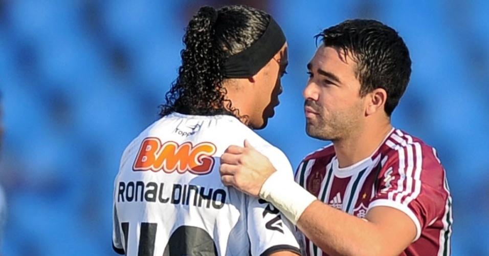Ronaldinho Gaúcho e Deco se abraçam em duelo entre Fluminense e Alético-MG pela 13ª rodada do Brasileirão