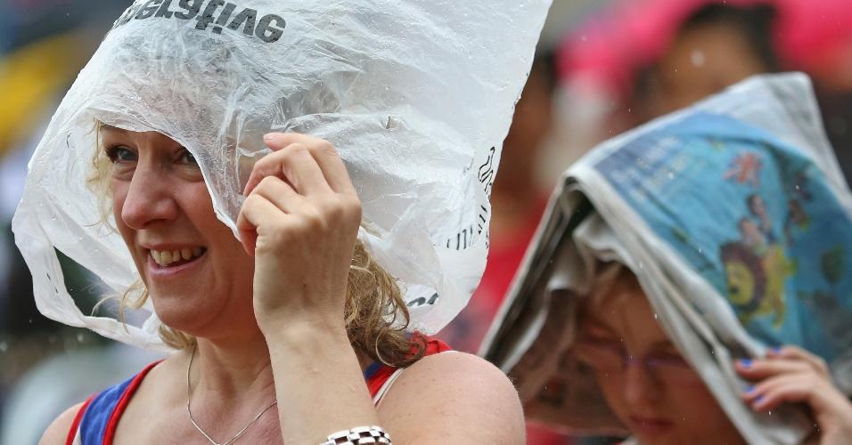 Sacola plástica e até jornal foram algumas armas da mulherada para salvar os cabelos da chuva londrina