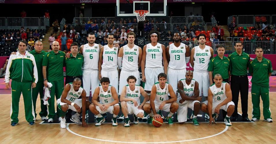 Seleção brasileira de basquete posa para foto antes de sua estreia nos Jogos Olímpicos, contra a Austrália; brasileiros venceram por 75 a 71 (29/07/2012)