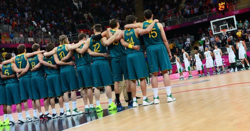 Seleção brasileira masculina de basquete aguarda início de jogo contra a Austrália em sua estreia na Olimpíada; brasileiros venceram por 75 a 71 (29/07/2012)