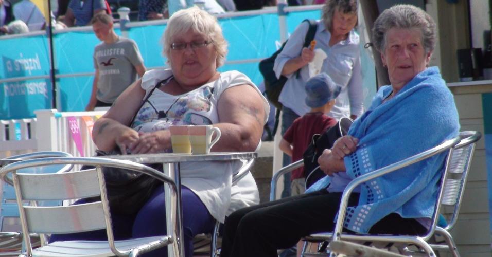 Senhoras tomam chá da tarde em bar na praia de Weymouth, que atraia muitos turistas da terceira idade