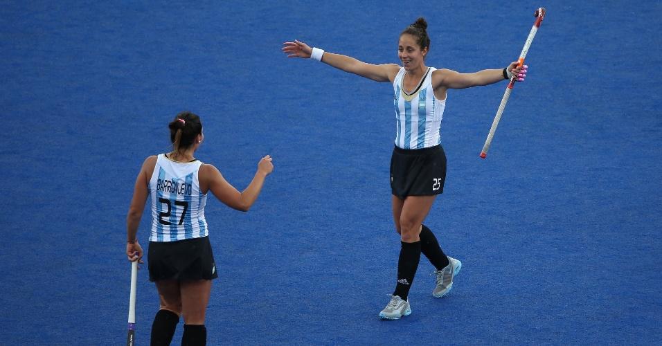 Silvina D'Elia e Noel Barrinuevo preparam o abraço para comemorar gol da Argentina