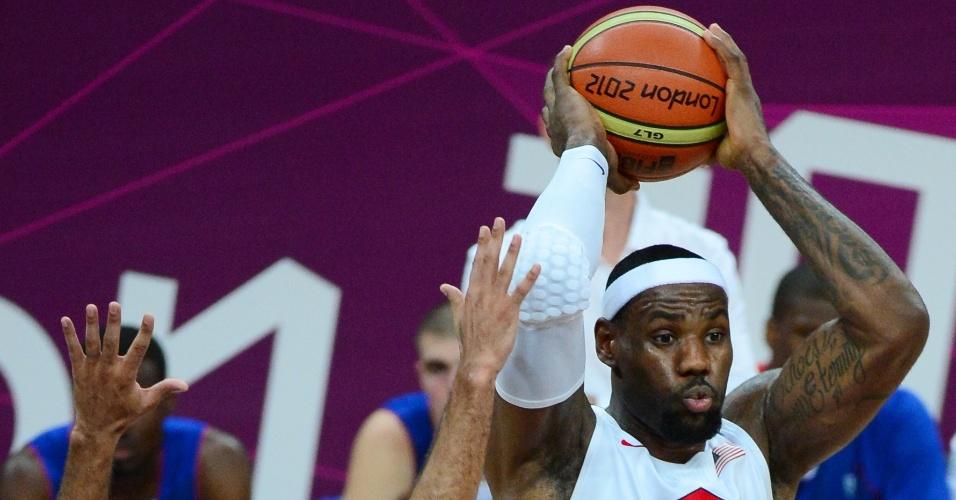 Sob a marcação do francês Parker, LeBron James tenta a jogada na estreia dos Estados Unidos nos Jogos de Londres