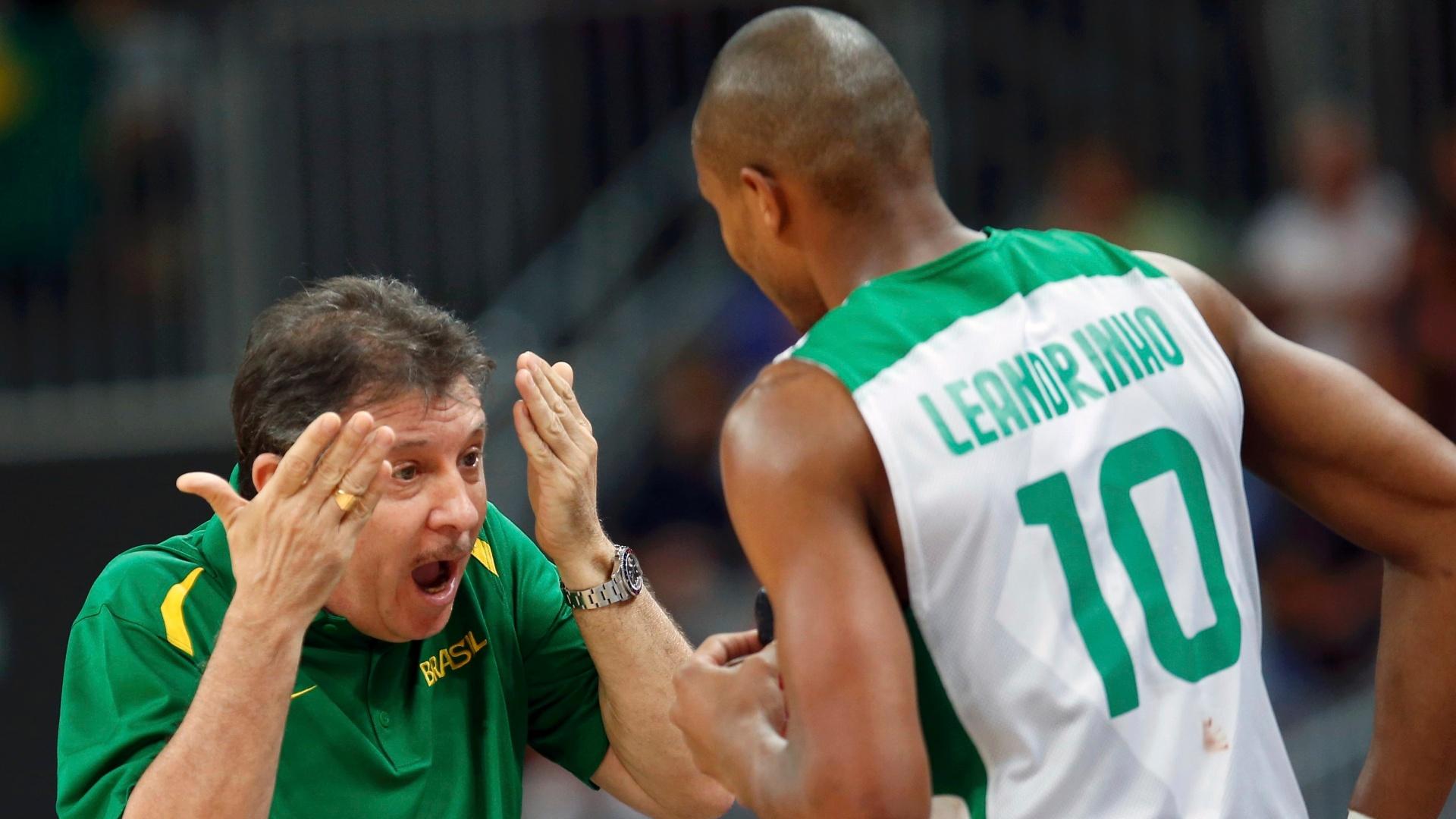 Técnico Ruben Magnano dá bronca em Leandrinho durante estreia do basquete masculino brasileiro na Olimpíada de Londres; brasileiros venceram por 75 a 71 (29/07/2012)