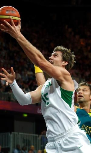 Tiago Splitter infiltra e anota mais dois pontos para o Brasil diante da Austrália na basquete masculino; brasileiros venceram por 75 a 71 (29/07/2012)