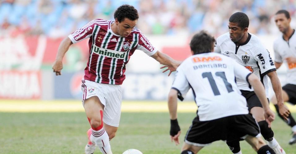 Wellington Nem tenta passar pela marcação de Bernard na partida entre Fluminense e Atlético-MG, no Engenhão