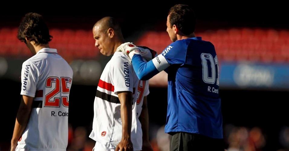 Rogério Ceni demonstra carinho pelo companheiro Luis Fabiano  e faz massagem nas costas do atacante