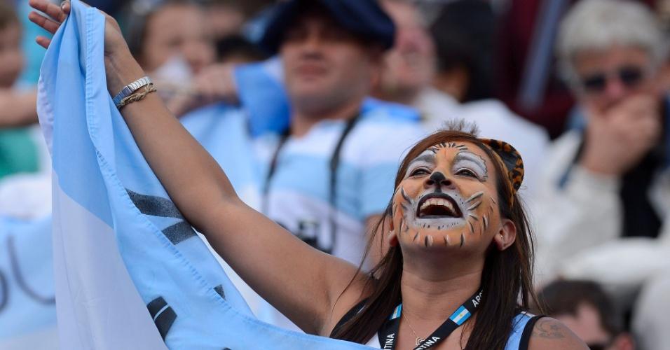 "Torcedora argentina entra nos espírito das ""leonas"" e pinta a cara para torcer pelo time"