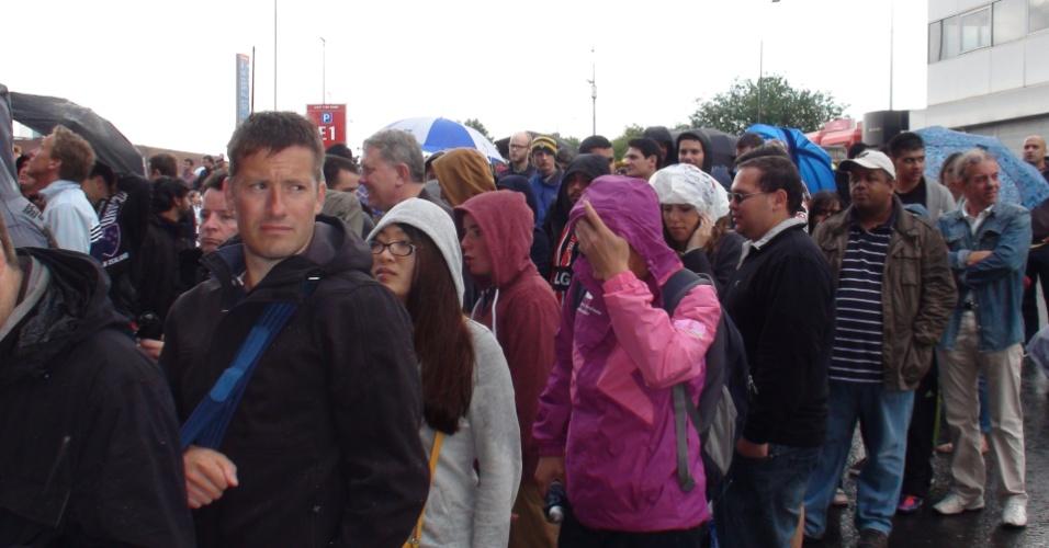 Torcedores ingleses encaram fila no frio e chuva em pleno verão em Manchester