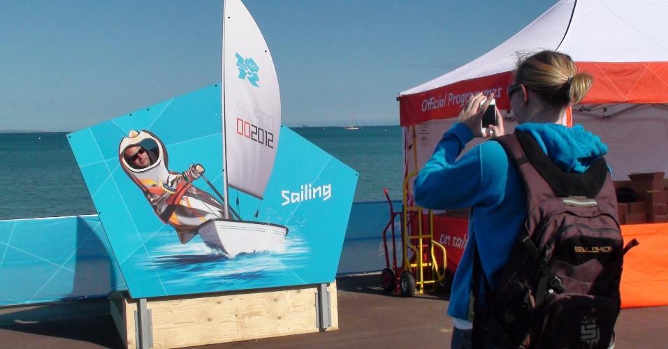 Turistas aproveitam estande olímpico em Weymouth para posar para fotografia