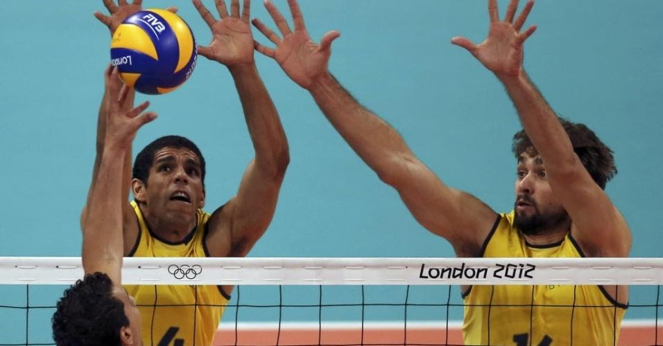 Wallace e Lucão bloqueim atacante da Tunísia na estreia da seleção brasileira de vôlei em Londres