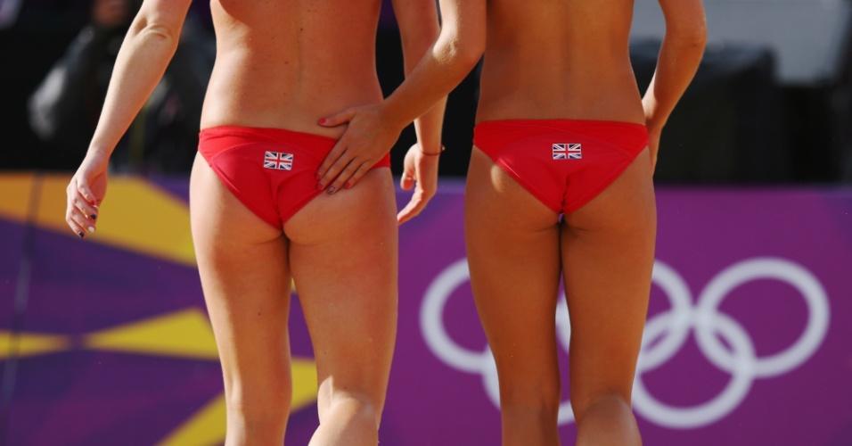 Zara Dampney (dir) dá um tapinha na parceira Shauna Mullin durante partida em Londres neste domingo