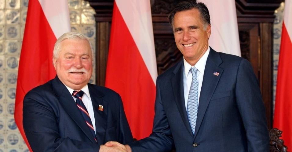 30.jul.2012 - Candidato republicano à Presidência dos Estados Unidos, Mitt Romney, se encontra com o presidente da Polônia, Lech Walesa (esq.), em Gdansk (Polônia). Romney visita o país como parte seu tour pela Europa