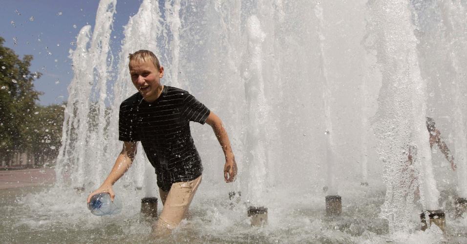 30.jul.2012 - Homem se refresca em fonte nesta segunda-feira (30) em Minsk, capital de Belarus. Termômetros tem registrado temperaturas acima de 30ºC durante o verão no país